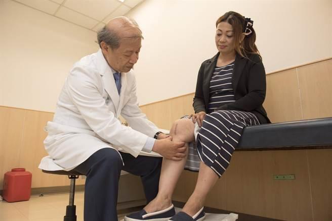 42歲的越南籍卡車司機畢小姐(右),日前來台接受客置化膝關節置換術,術後當天就能下床,隔天就能出院。(馮惠宜翻攝)