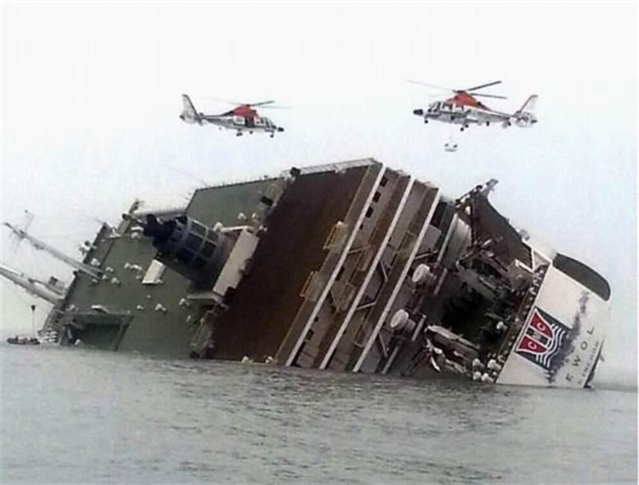 三年前翻覆的世越號,造成295人死亡、9人下落不明。(圖/美聯社)