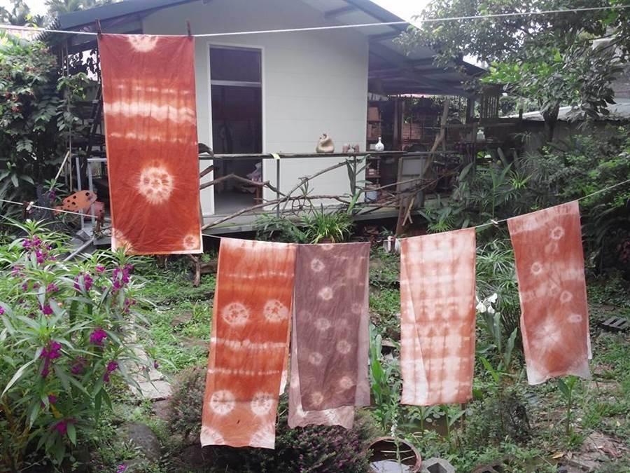 中埔鄉石弄村林書筠自創檳榔染,將染料用在布匹上,創造出更多的美感。(林書筠提供)