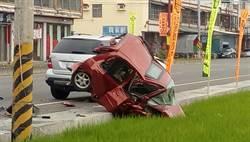 載母趕吃喜酒 疑超車不慎撞爛路邊車