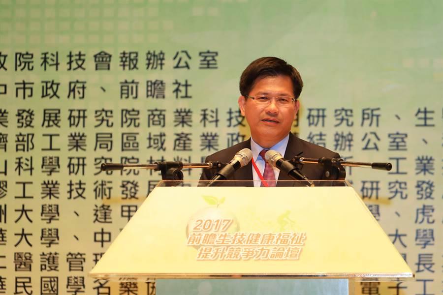 台中市長林佳龍表示,將生技科技運用在健康福祉產業上,未來甚至可以擴及紡織業,整合中彰投苗產業資源,形成群聚聚落。(盧金足攝)