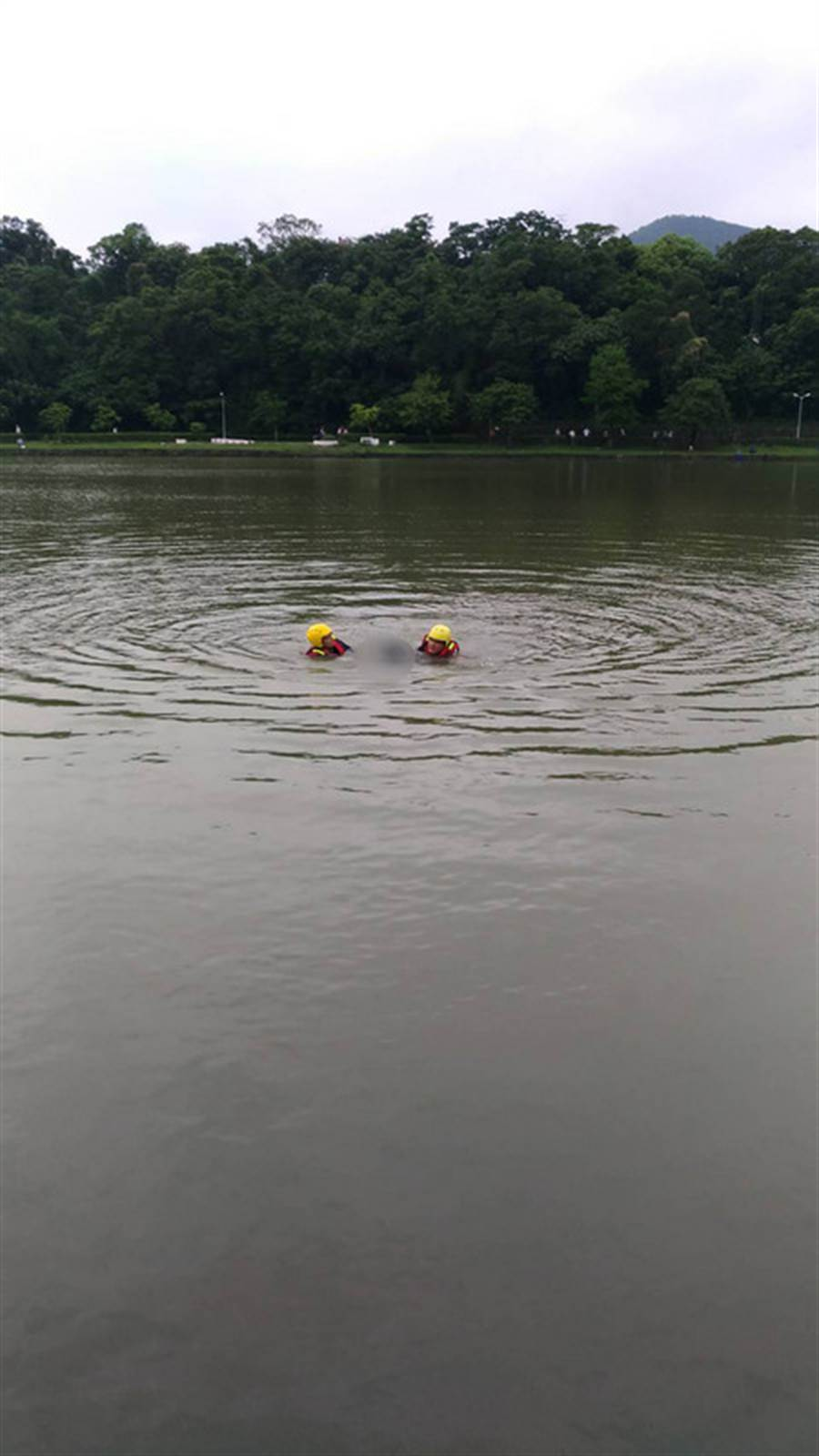 台北內湖碧湖公園湖面今早發現浮屍,警方確認是名75歲郭姓男子。(中央社)
