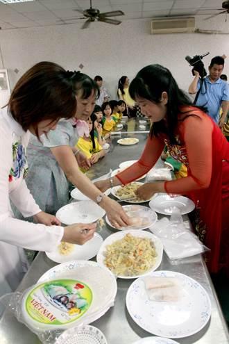 有媽媽的味道 學童親手製越南春捲孝敬媽媽