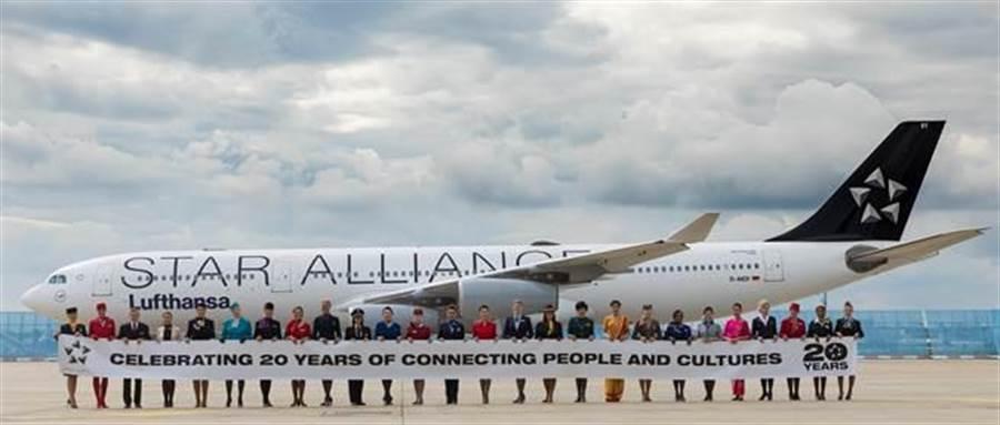 星盟成立滿20周年,包含長榮航在內的28家航空公司代表,今日於德國召開首席執行官委員會,同時28家航空公司派出專業空服員打出形象代表。(星空聯盟提供)