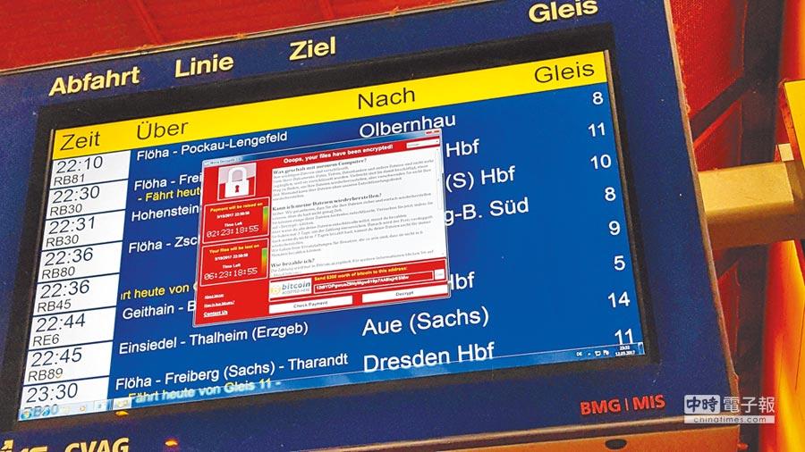 受勒索病毒「WannaCry」攻擊,德國東部肯尼茲市火車站的電子看板,12日出現了駭客宣告已將系統鎖死,要求支付贖金解鎖的視窗畫面。(法新社)