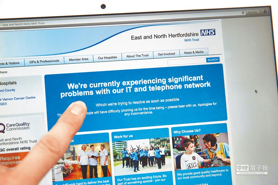 英國國民保健署(NHS)網站貼出告示,通知用戶其網路系統出現問題。(法新社)