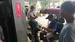 9旬老翁電動車沒電卡路中 熱心警民援助送返家