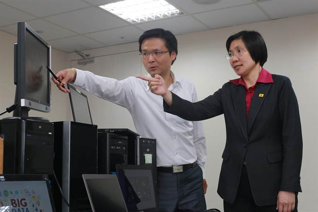 徐欣瑩與民國黨資訊長吳旭智,討論大數據的應用範疇。