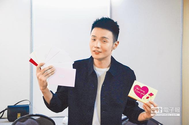 李榮浩手拿送給樂手們的母親節卡片。
