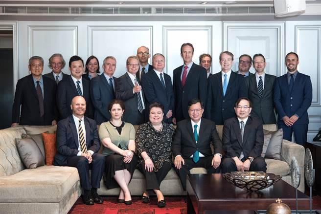 歐洲經貿辦事處(EETO)處長馬澤璉邀請桃園市長鄭文燦(前排右二)參加「歐盟會員國駐台代表」午餐會,他也是「第一位」受邀的直轄市市長。(甘嘉雯翻攝)