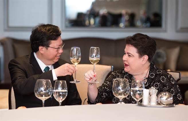 歐洲經貿辦事處(EETO)處長馬澤璉(右)與桃園市長鄭文燦餐敘。(甘嘉雯翻攝)