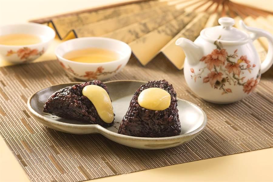 香格里拉台北遠東國際大飯店的〈紫米奶黃粽〉,奶黃餡是用全蛋、鮮奶和奶油製作,濃郁香甜。(圖/台北遠東大飯店)