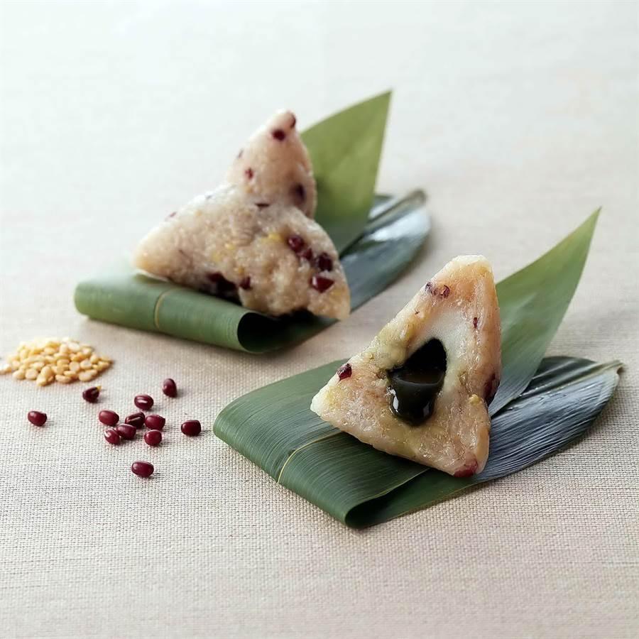 台北寒舍艾美酒店今年推出的〈蜜香抹茶流沙粽〉,粽米則集結綿密紮實的十勝紅豆、天然椰糖及消暑解膩的綠豆仁等,口味甜而不膩。(圖/寒舍艾美酒店)