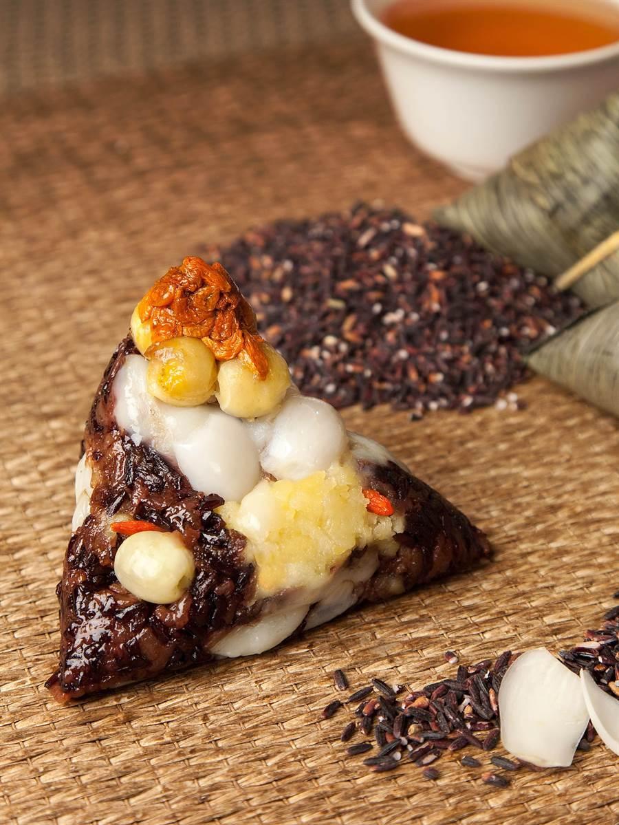 台北西華/台北萬豪〈紫米流沙粽〉的內餡用料豐富,桂圓並用白蘭地酒浸漬。(台北西華/台北萬豪提供)