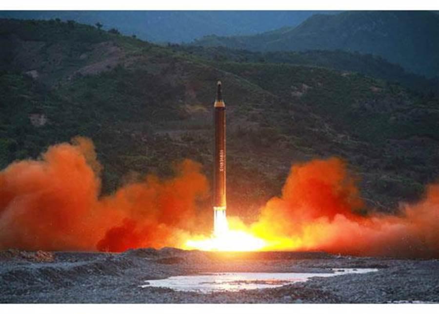 北韓14日淩晨試射「火星-12」號飛彈的畫面。(圖/朝鮮勞動新聞)