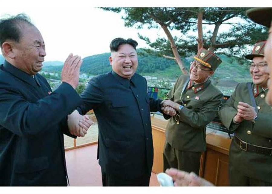 北韓14日成功試射「火星-12」號飛彈後,最高領導人金正恩與將領攜手慶祝。(圖/朝鮮勞動新聞)