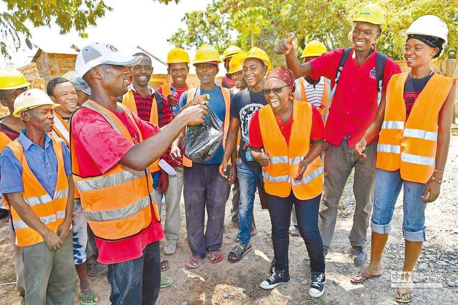 1月8日,肯亞女工程師萬吉庫(右3)獲得大陸提供獎學金,在西南交通大學接受鐵路營運培訓。(新華社)