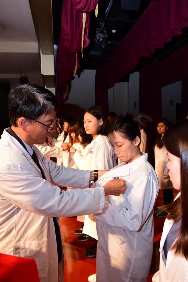 中華醫大醫學檢驗生物技術系今天舉行授袍典禮。(曹婷婷攝)