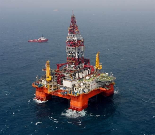 越南2014年5月對中海油在西沙群島海域的鑽探活動進行強力干擾,可能是中國決定加強近區安全防禦,部署多款新武器的導火線,圖為981鑽井平臺。(圖/新華社)