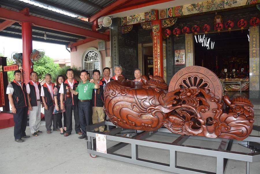 橡木製作而成的放大版墨斗重逾1公噸,將在巧聖仙師文化祭活動當天繞境踩街。(王文吉攝)