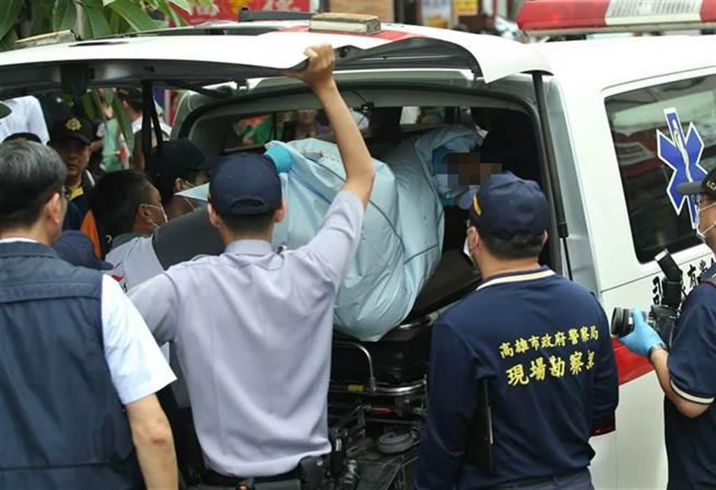 高雄市福德三路一處民宅前18日發生一起兄長當街砍斷妹妹頭的命案,死者遺體(中)被送上救護車載離現場。(王錦河攝)