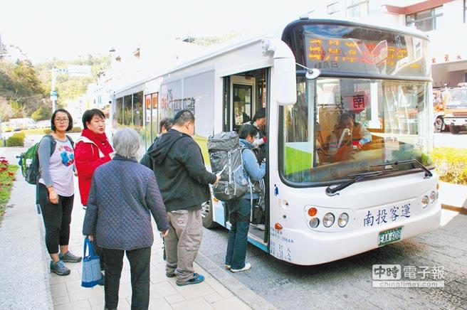 邁向低碳島  ←日月潭遊湖電動巴士的啟動,為台灣綠能旅遊開創新紀元。(本報資料照片)