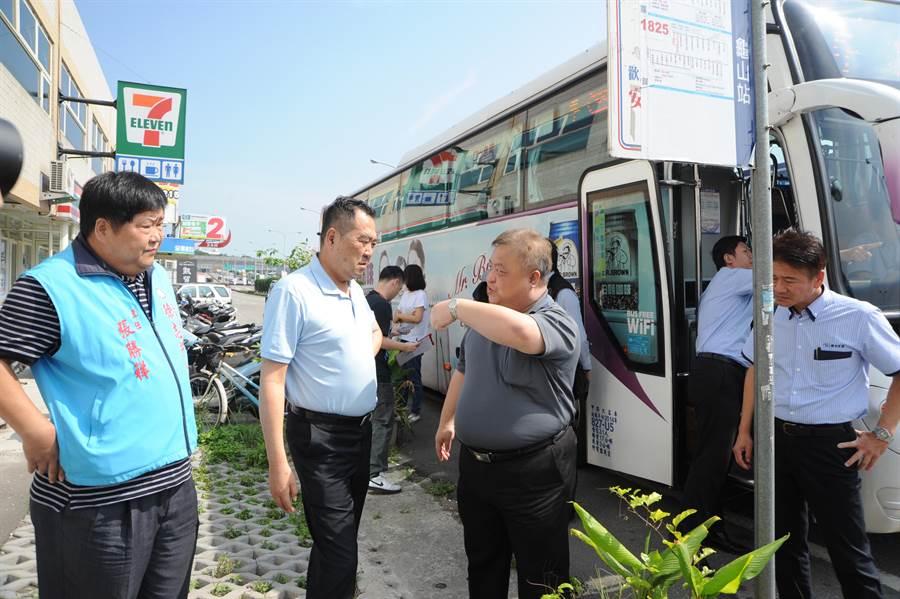立委徐志榮(左二)與國光號副總經理黃雍軒,協調了解停靠苗栗最佳方案。(陳慶居攝)