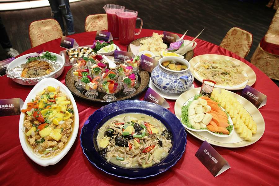 台南山上木瓜產業節將於6月10日登場,公所與崑山科大、宴席業者合作,以在地生產水果入菜,結合海鮮、肉類、蔬菜,推出11道水果料理,開放民眾預訂。(莊曜聰攝)