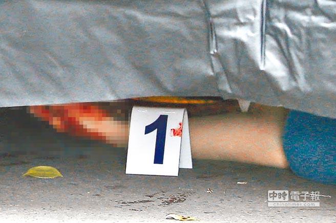 驚悚  ↑鑑識人員在圍起黑幕的命案現場沾滿血跡的手旁蒐證。(王錦河攝)