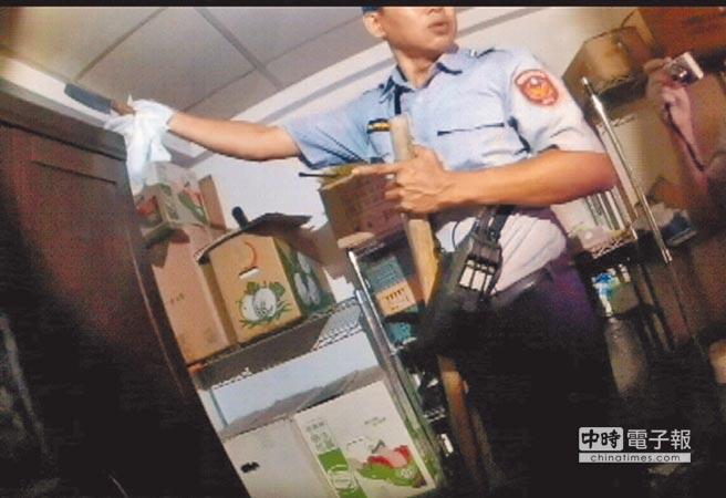 驚悚  ←警方在林男住家房間衣櫥上方,找到行凶用的菜刀(紅圈處)。(林宏聰翻攝)