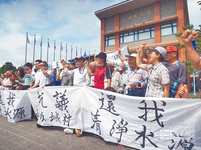 數十名員山鄉住戶,因難忍養豬戶製造的空氣、水質汙染,群起抗議陳情。(胡健森攝)