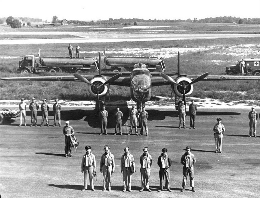 二戰期間,著名的B-25轟炸機與機組員。(圖/美國空軍網站)