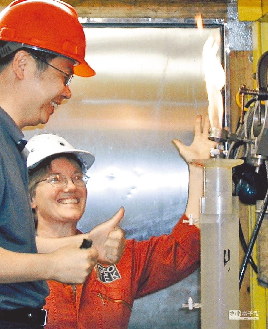 2007年6月17日,大陸「可燃冰」實物首次亮相,來自南海的「可燃冰」釋放的氣體能夠在空氣中燃燒。(新華社)