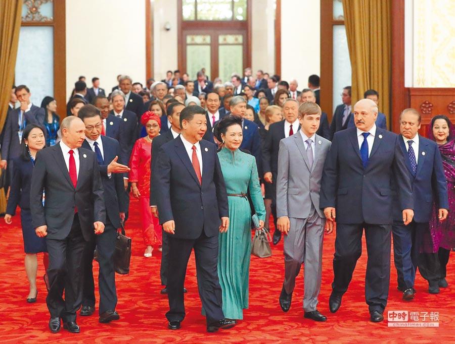 5月14日,大陸國家主席習近平和夫人彭麗媛同貴賓們一同步入宴會廳。(新華社)