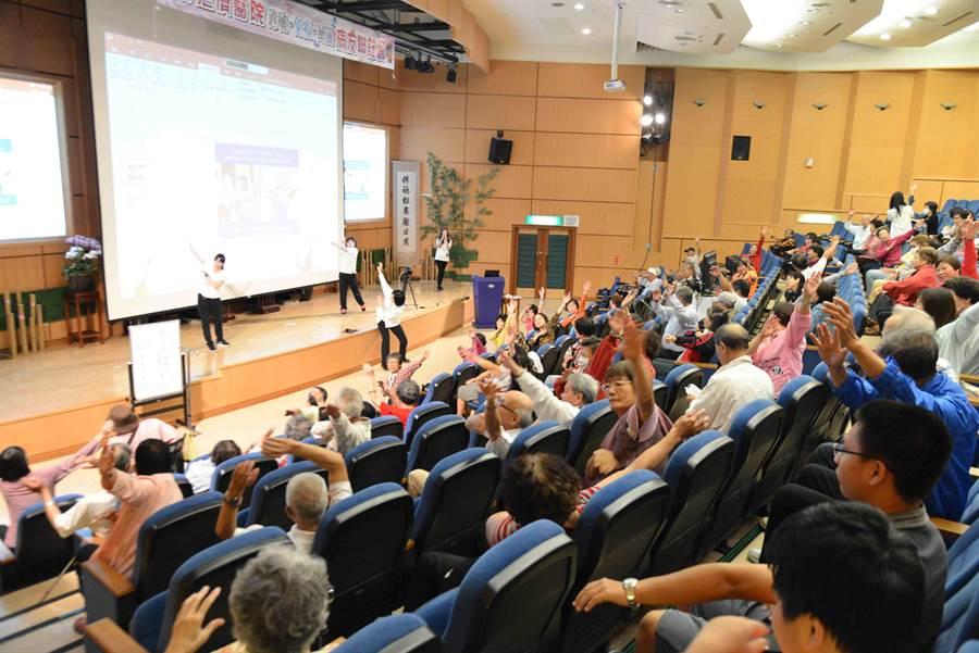 上百名病友熱烈參與大林慈濟醫院過敏免疫風濕中心夏日感恩病友會。(呂妍庭攝)