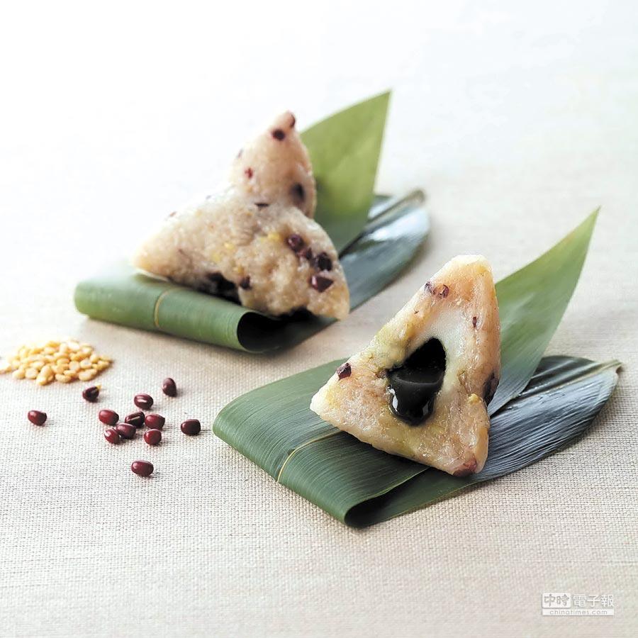 台北寒舍艾美酒店今年推出的〈蜜香抹茶流沙粽〉,粽米則集結綿密紮實的十勝紅豆、天然椰糖及消暑解膩的綠豆仁等,口味甜而不膩。圖/寒舍艾美酒店