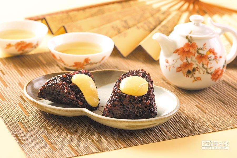 香格里拉台北遠東國際大飯店的〈紫米奶黃粽〉,奶黃餡是用全蛋、鮮奶和奶油製作,濃郁香甜。圖/台北遠東大飯店