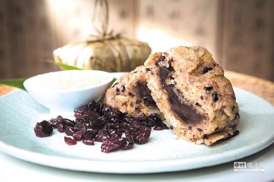 因為加了蔓越莓,台北君悅今年推出的〈蔓越莓豆沙粽〉,口味甜酸交織不會膩口。圖/台北君悅酒店
