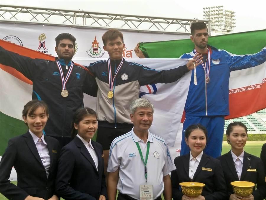 劉祖沅靠著意志力在兩天比完十項比賽,最終漂亮贏得金牌,披上象徵榮譽的奧會五環旗,祖沅總算開心笑了起來。(黃邱倫)