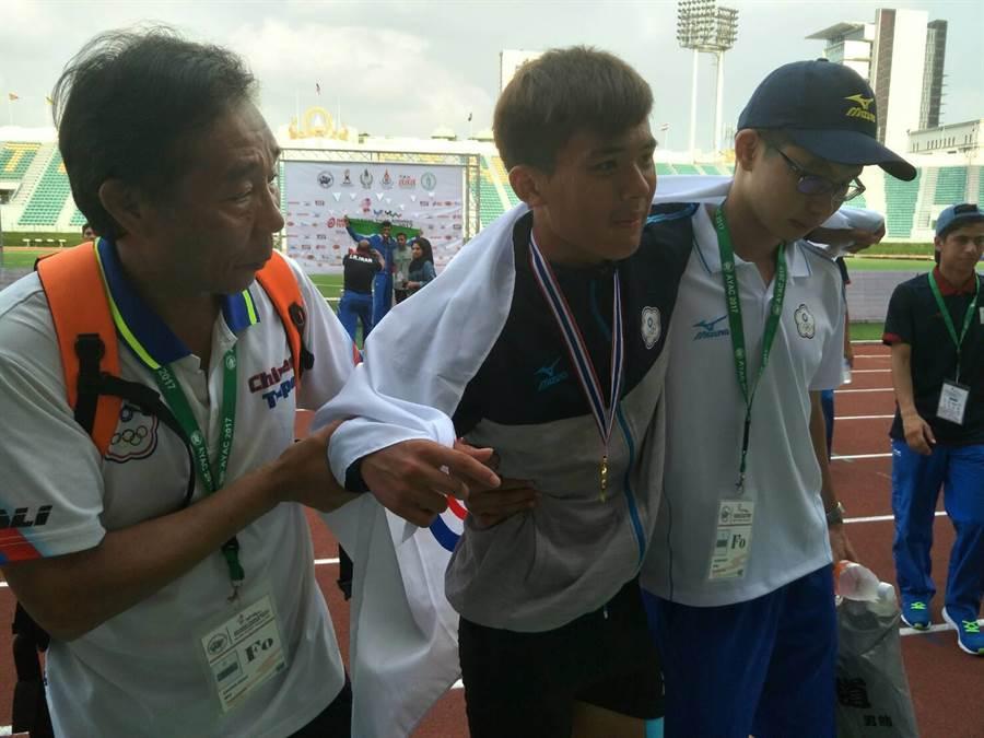 中華隊領隊吳清標(左)扶著帶傷奪金的劉祖沅,讓中華隊職員相當感動。(黃邱倫)
