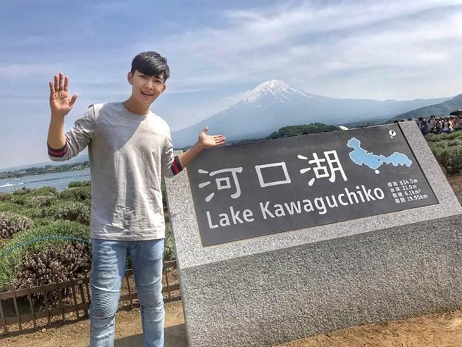 炎亞綸帶粉絲遊河口湖欣賞富士山美景。(華研)