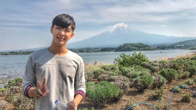炎亞綸帶粉絲去河口湖欣賞富士山美景。(華研)