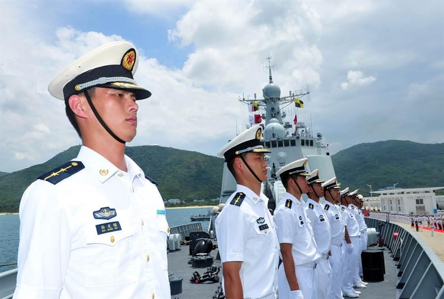 大陸海南省三亞市的軍用港是中國南方極為重要的海軍基地。圖為2014年參加環太平洋軍演的中國大陸海軍編隊在三亞軍港出發。(圖/新華社)