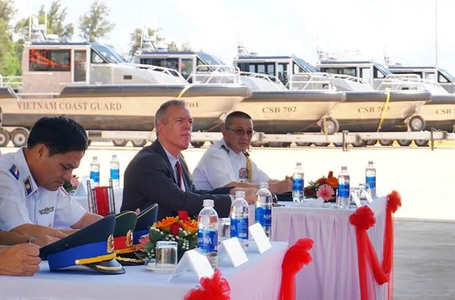 美國總統川普已表達,期望與越南加強安全合作,圖為美國駐越南大使歐索斯(左二)22日與越南海洋警察司令部官員在中部的廣南省舉行6艘巡邏艇移交儀式的畫面。(圖/美聯社)