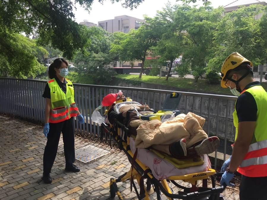 消防與救援人員從3公尺深的溪床救援藍姓男子,但救起時已回天乏術。(盧金足翻攝)