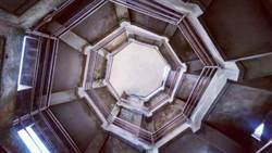 宜蘭最夯新景點!像掉到時空漩渦的奇幻場景,迴旋樓梯如夢似幻