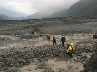 高雄桃源區溪水暴漲 15人受困果園獲救