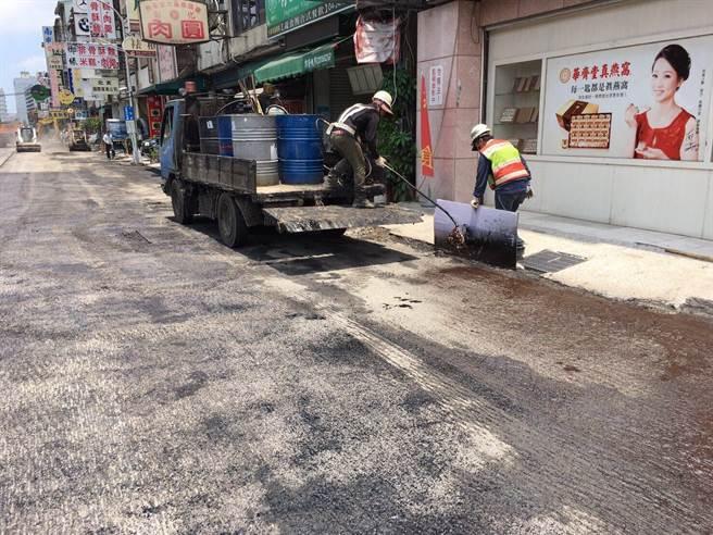 南屯路二段路平施工平整度不佳,建設局要求廠商刨除重新鋪設!(陳世宗攝)