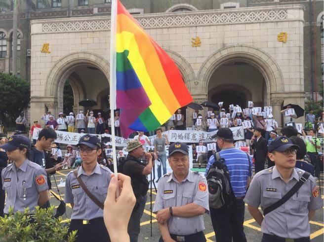 同性婚姻釋憲結果出爐,反同婚團體赴司法院抗議。(陳宜加攝)