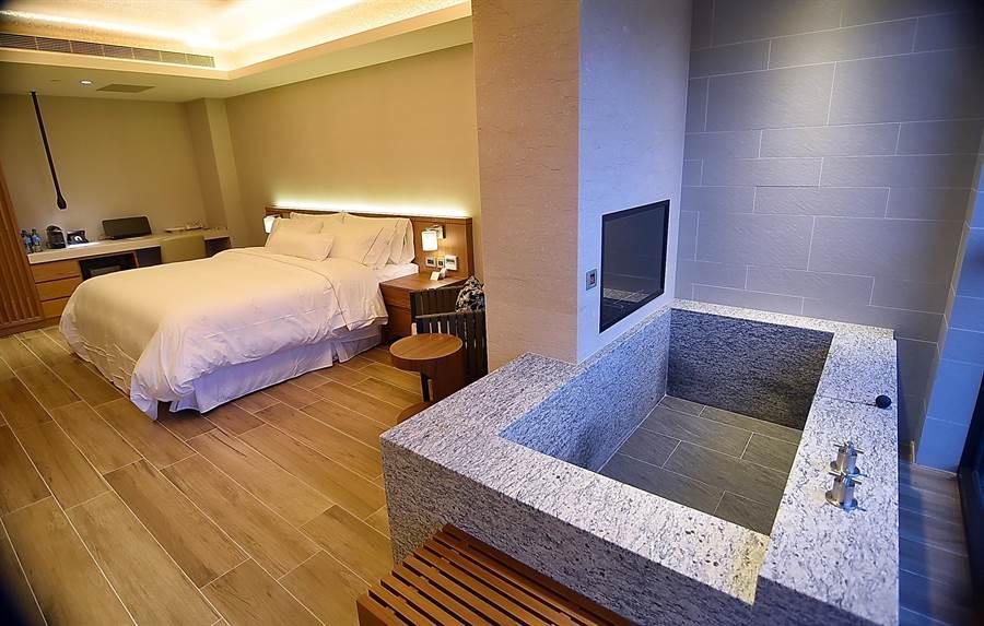 〈宜蘭力麗威斯汀〉的溫泉湯屋,設備配備與裝潢設計風格與其它客房一致水準,且都通過Westin總部檢查。(圖/姚舜攝)